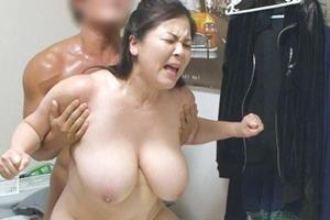 八木あずさ 巨乳熟女が若い男のチンポでイカされ中出し膣内射精される!