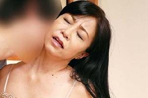 戸澤佳子 熟女がオナニーしているところを目撃!おばさんの誘惑に興奮した家庭教師とセックス