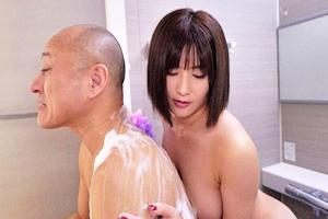 藤森里穂 欲求不満の人妻がお風呂で義父の男根を洗ってあげてからフェラをする
