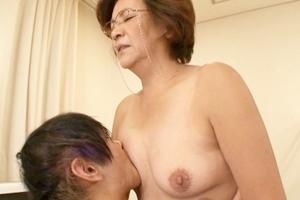 鈴木光代 おばさん家庭教師がおっぱい舐められたり手マンされて感じてしまう