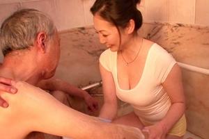 沢村麻耶 巨乳熟女の訪問介護士がお風呂で体洗ってもらいながら手コキフェラもしてくれる