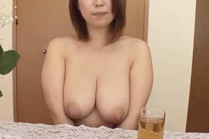 葉月奈穂 巨乳熟女の全裸家政婦が手コキフェラでザーメンを口内射精で抜いてくれる