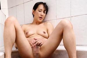 服部圭子 巨乳熟女がオナニーで感じまくる!お風呂で手マンして慰める