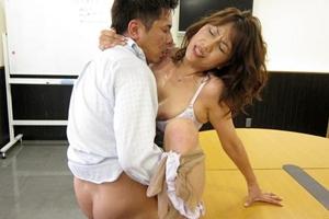 近藤郁 巨乳熟女OLが若手社員と会議室でセックス!汗だくになるまで何度もピストン