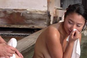本間ゆり 巨乳熟女が温泉で不倫セックス!フル勃起した男根を見て発情したママ友
