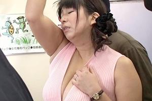 折原ゆかり 巨乳熟女が電車で痴漢レイプ!尻コキされザーメンをぶっかけられる
